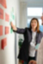 Janach Mediation - Mag Gudrun Janach bei der Kundenarbeit beim Brainstorming