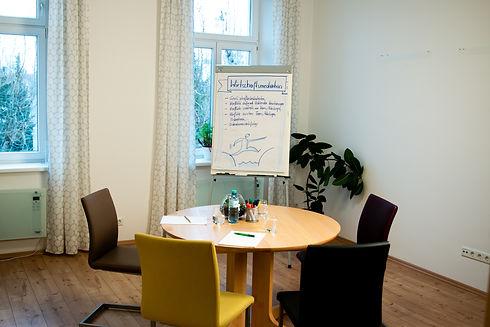 Janach Mediation - Mediationsraum mit Tisch und Stühlen