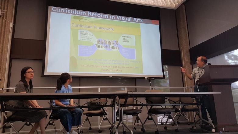 右一:視覺藝術科主任李炳輝老師分享