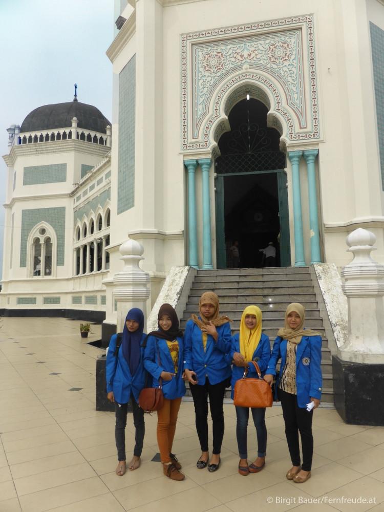 Studentinnen vor der Moschee