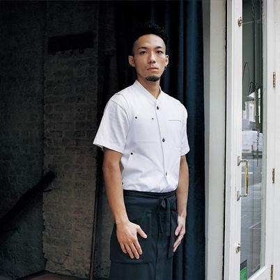 uma pessoa em restaurante com uniforme profissional gastronomia avental colete calça