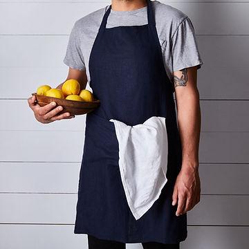 uma pessoa em casa cozinha gastronomia avental pano de prato linho limão receita
