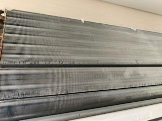 エアコンクリーニング前の熱交換器(アルミフィン)