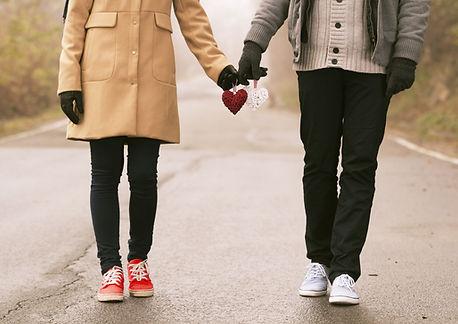 Paar hält Herzen