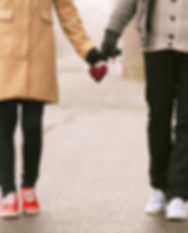 Couple tenant des coeurs