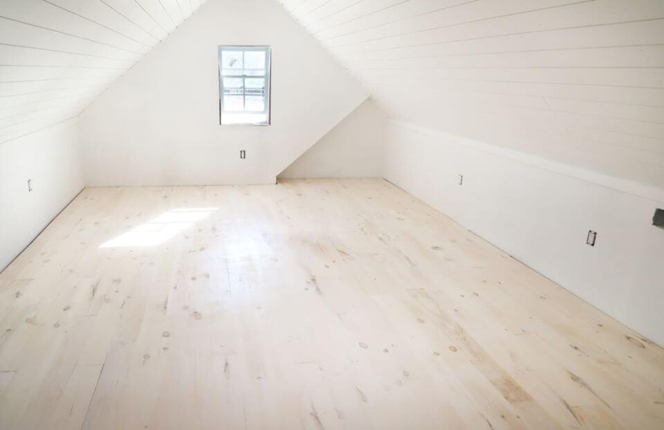 ตกแต่งห้อง สีขาว พื้นขาว ไม้สนขาว ไม้พื้น