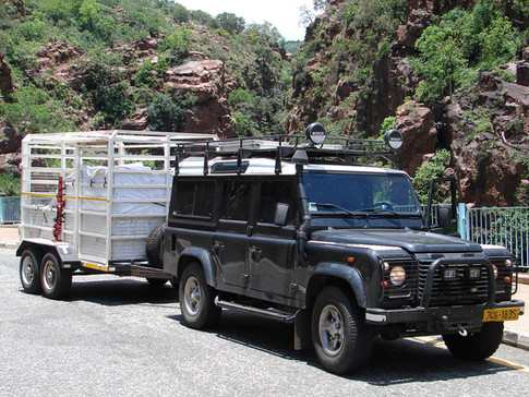 Penzo Studio Zimbabwe Africa Handpainted Pottery Mashona One-of-a-kind African plates and bowls Penelope Vincent Land rover Defender