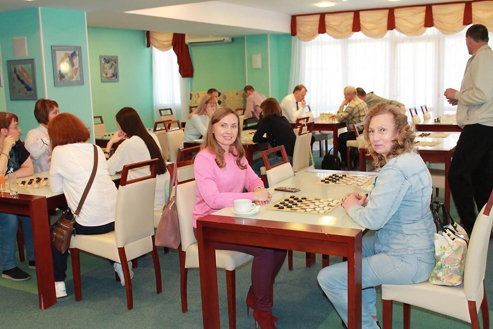 За игрой в шашки судья Саратовского областного суда в отставке Татьяна Шатова (справа)