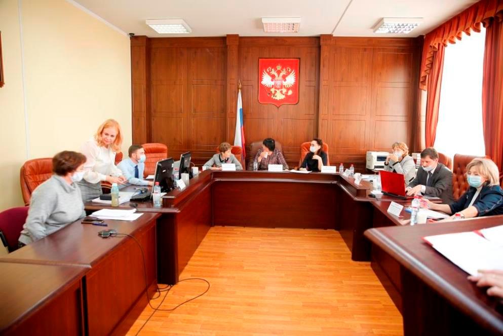 Комиссия смотра-конкурса Лучший секретарь судебного заседания обсуждает результаты конкурса