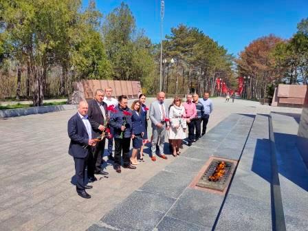 церемония возложения цветов к подножью Обелиска Славы на Мемориальном комплексе «Сапун-гора»