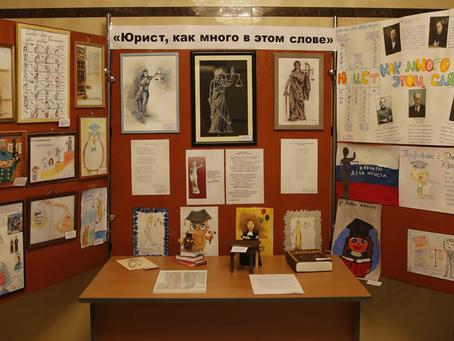 Творческая выставка ко Дню юриста развернулась в Иркутском областном суде