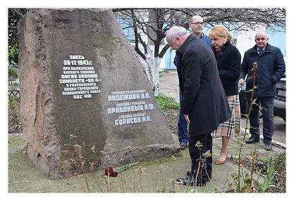 Возложение цветов к памятнику в Севастоп