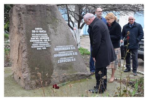 Возложение цветов к памятнику в Севастополе на месте гибели героев экипажа ИЛ-4 в 26.09.1943