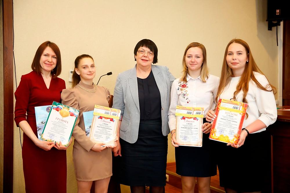 Председатель ИРО РОС Симанчева Л.В. со студентами и преподавателем ИРНИТУ