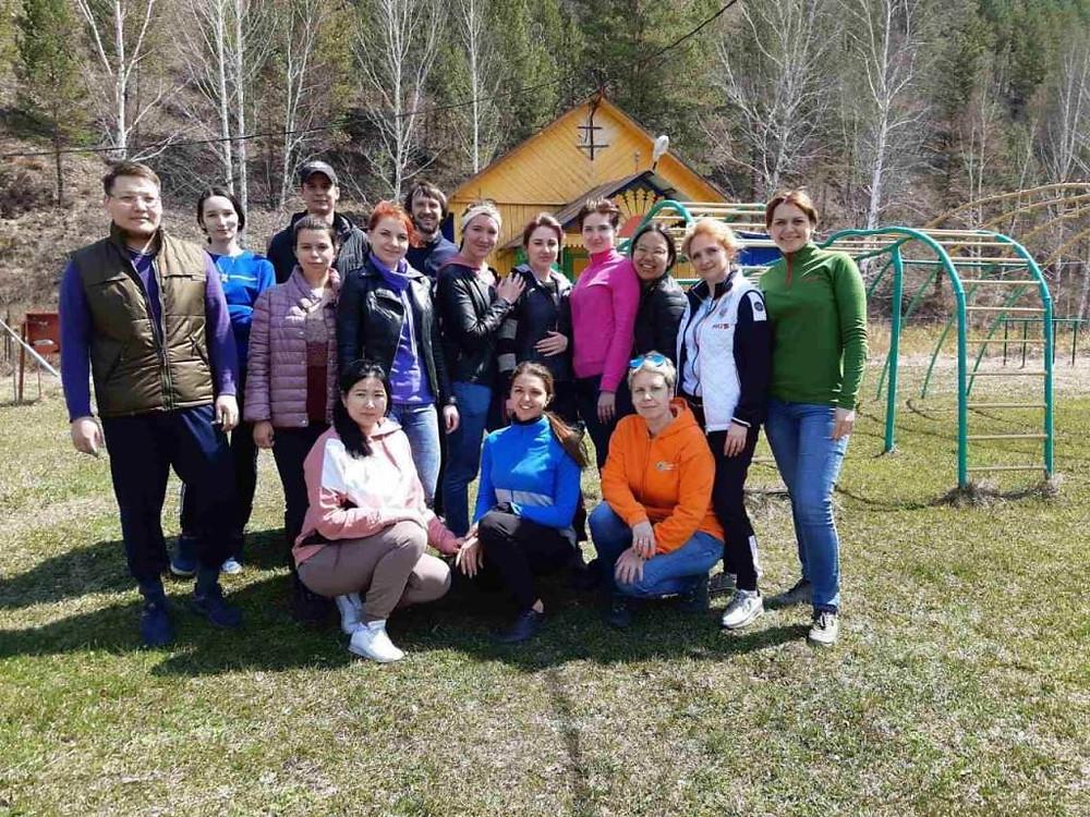 Участники субботника в детском лагере Черемушки