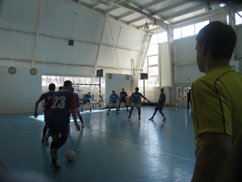Момент игры первенства по мини-футболу в Саратове