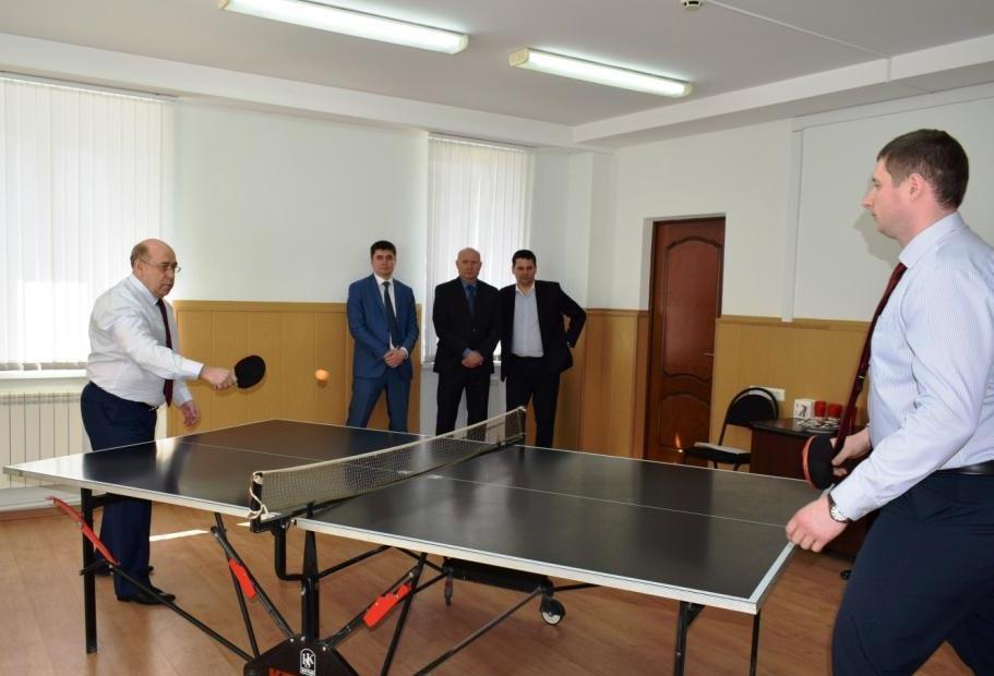 Председатель Саратовского областного суда Телегин Ф.В. за теннисной ракеткой на октрытии турнира