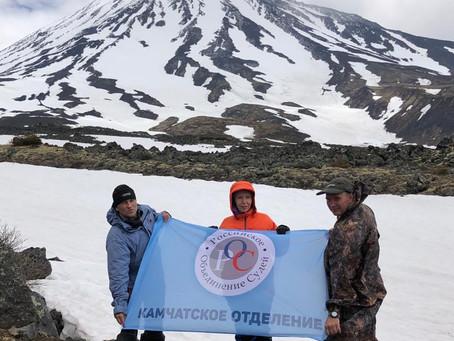 Камчатские судьи совершили восхождение на перевал между вулканами Корякская сопка и Ааг