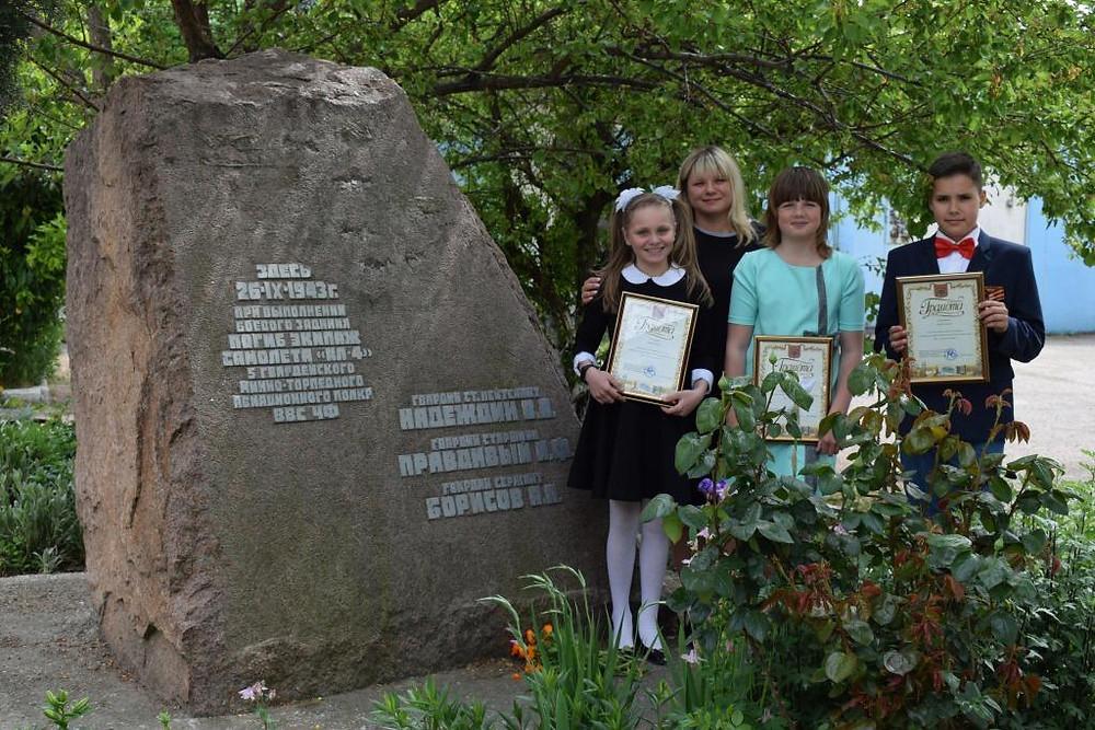 Памятник погибшим летчикам во дворе Севастопольского городского суда