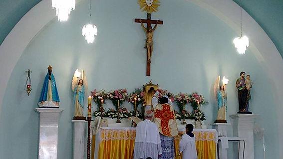 Momento da consagração da hóstia na Santa Missa na Santa Montanha
