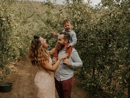 Séance famille dans la pommeraie de la Portanière