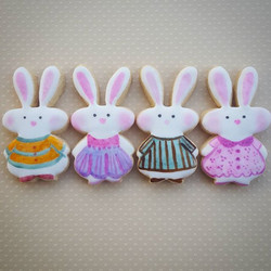 Hand-painted bunnies! So tiny and sweet. Been waiting to use this cutter from _kaleidacuts 🐰_._._._