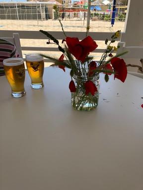 Točené pivo, čerstvé květiny