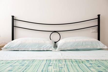manželská postel mono.jpg