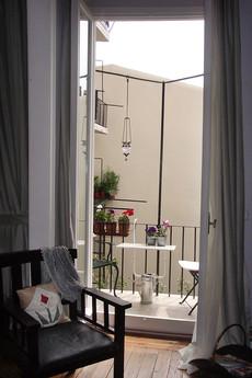 Çukurcuma'daki tarihi binada yaptığımız bu dairede eskiye sadık kalarak var olan rabıtalar onarıp yenilendi. Balkon yenilenip keyifli bir avlu manzarasına uygun bir dinlenme alanına çevrildi.