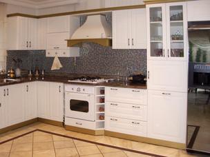 Aynı rustik mutfakta baza ve taçlar altın varak rengi ile detaylandırıldı.