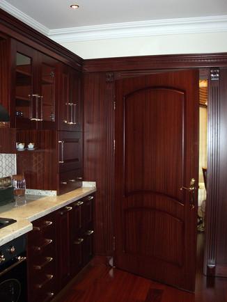 Üst kat mutfak, klasik çizgilerle tasarlandı. Kapıda gül ve maun kaplama bir arada kullanılırken dolaplarda maun seçildi.