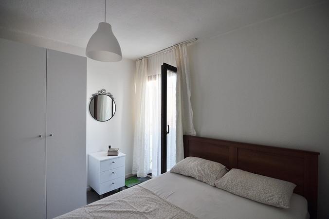 Yatak odaları beyaz olarak tasarlandı. Ve buna uygun olarak yine yerine özel tasarlanmış beyaz dolap, komodinle detaylandırıldı.