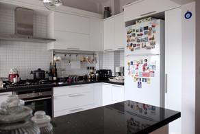 Daha önce kapalı olan mutfak açık mutfağa çevrildi, salon ile yemek bölümü arasına tezgah altı erzak dolabı yapıldı..