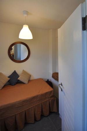 Eskiden mutfak olan oda, minik bir dinlenme odasına dönüştürüldü. Dolap yapıldı.