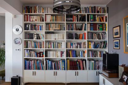Duvar ölçülerine özel tasarlanan kitaplık ...