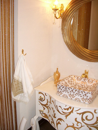 Misafir WC'de tasarlanan dolapta çanak lavabo ile aynı desen uygulandı,bataryalar tasarıma uygun seçildi.