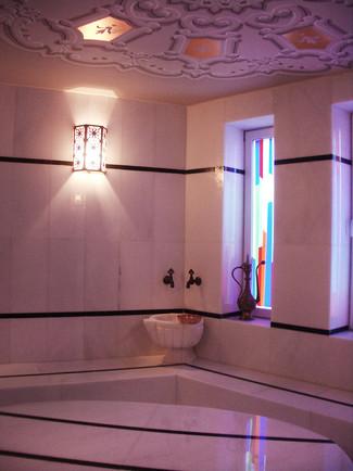 Hamamda ışığın içeri renkli şeritler olarak girmesini sağlayacak camlar tasarlandı. Tavanda varaklı desen çalışması yaptırıldı. İki çeşit mermerle hamam zemin ve duvarları hazırlandı.