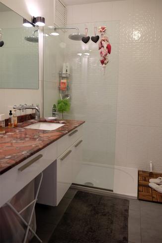 Banyoda yerden kazanmak için açık bir duş ve mekana özel lavabo dolabı tasarlanıp yapıldı...