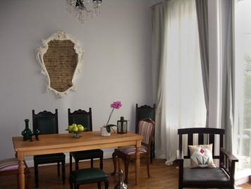 Masif masa özel olarak tasarlandı,antika ayna ve sandalyelerle çevrelend