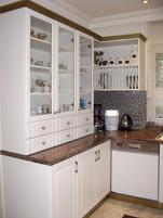 Bahçe katı mutfağı rustik olarak tasarlanıp yaptırıldı,tezgahta yine granit tezgah,tezgah arasında da mozaik kaplama kullanıldı. Zeminde farklı yönde döşenen mermer kullanıldı.