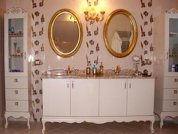 Ebeveyn banyo, çift olarak tasarlandı ve yine evsahibinin istekleri doğrultusunda varaklarla kaplandı.