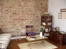 Tuğla duvar dokusu ortaya çıkartılarak bakır borularla radyatör tesisatı yapıldı. Antika mobilyalarla döşendi.
