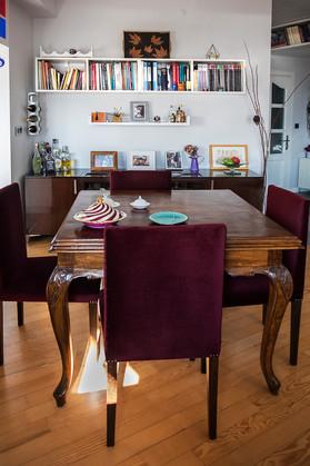 Yemek masası antikacılardan alınıp onarıldı, cilalandı. Yemek sandalyeleri tasarlanıp yaptırıldı. Raflar ve büfe mekana uygun tasarlandı. Kombinasyonda beyaz lake ve wenge parlak cila kullanıldı.