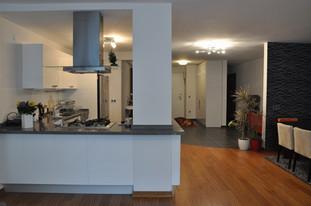 Mutfak yeri tamamen değiştirilip salonun bir parçası haline getirildi. Açık mutfak tasarlandı.