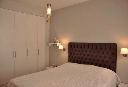 Gömme dolap yerine özel tasarlanıp yaptırıldı, yatak başı yine özel olarak tasarlandı...