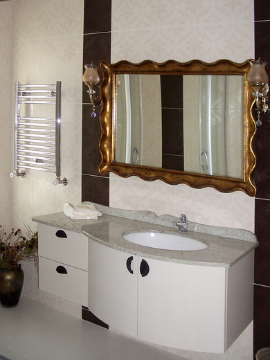 Misafir banyo ve lavabo dolabı..