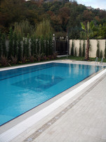 Bahçeye havuz yapıldı ve etrafı traverten döşeme ile kaplandı.