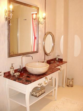 Genç kız banyosunda lavabo dolabının hemen yanı makyaj masası olarak tasarlandı.