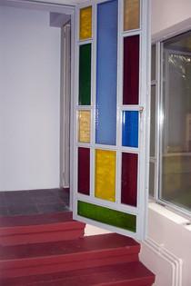 Çukur Keyif Kafe'de iç mekana giriş, renkli camlı doğrama ile yapılıyor.