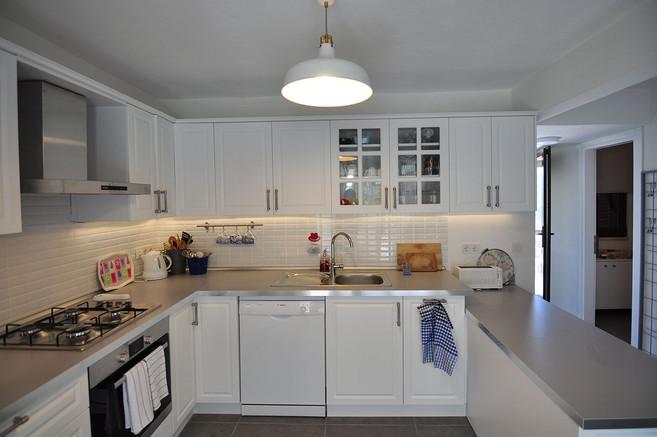 Giriş katında daha önce ufak bir oda olan mutfağın yeri değiştirilerek salondaki yemek bölümü açık mutfağa çevrildi.